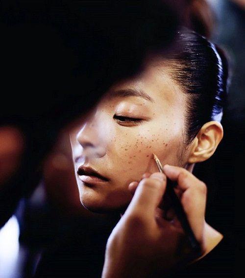 chấm tàn nhang lên mặt